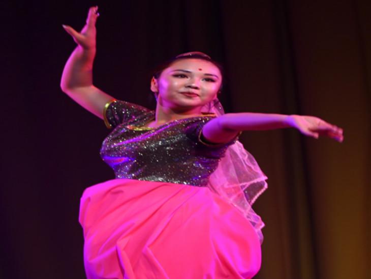 अगली कड़ी में कलाकारों ने गर्ल सीक्रेट्स डांस किया।