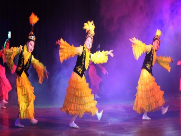 लगता है हम उन्हीं गांवों और जनजातियों के बीच हैं।' यह कहना है किर्गिस्तान से आईं नृत्यांगना एन्नाजरोव अएलनुरा का।