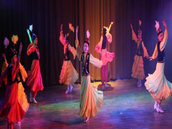 समूह नृत्य में कीर्गिस्तान के कलाकार।