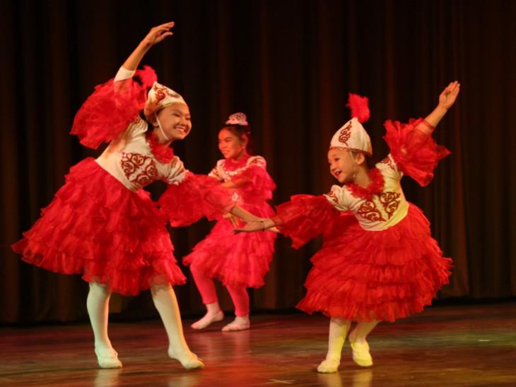 किर्गिस्तान का राष्ट्रीय नृत्य ओंगु नृत्य से शुरुआत की।