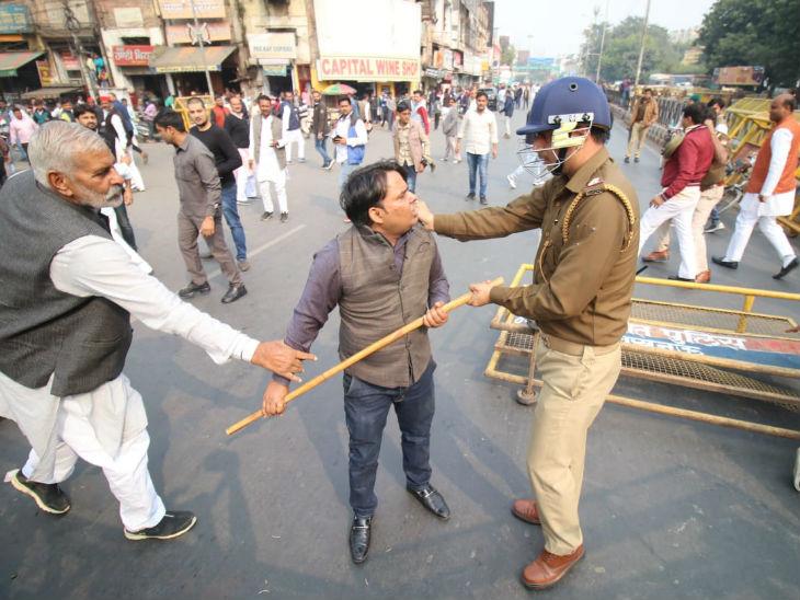 पुलिस ने कांग्रेसियों पर लाठीचार्ज किया।