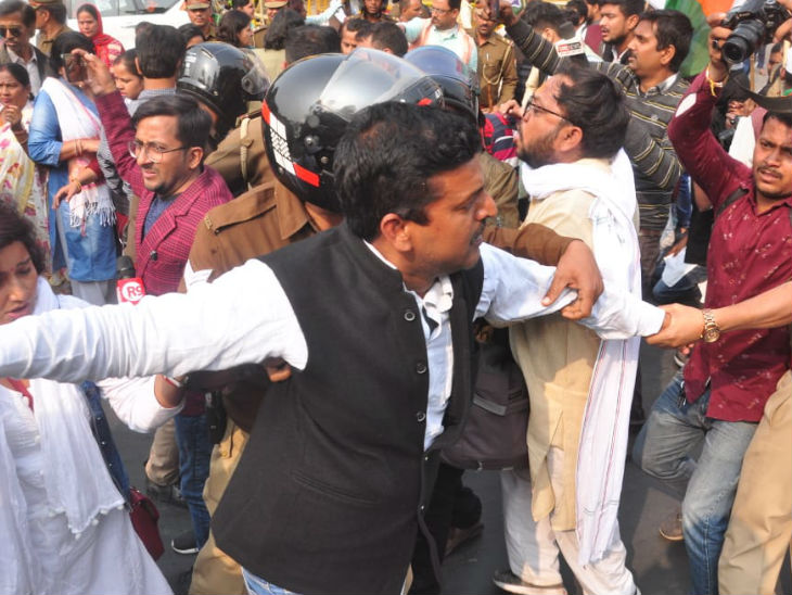 पुलिस ने लोगों को जबरन उठाया तो झड़प की स्थिति बनी।