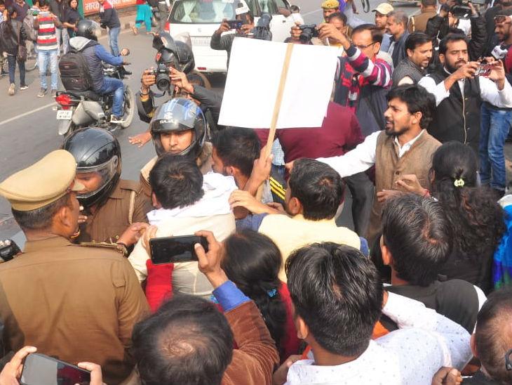 हाथों में महिला हिंसा को लेकर पोस्टर को लेकर किया प्रदर्शन।