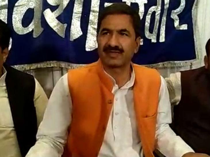 कोलारस के विधायक वीरेन्द्र सिंह रघुवंशी ने मीडिया से बात की। - Dainik Bhaskar
