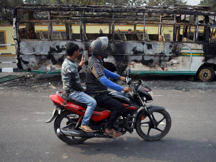 प्रदर्शनकारियों ने अलग-अलग शहरों में कई वाहनों को जला दिया।