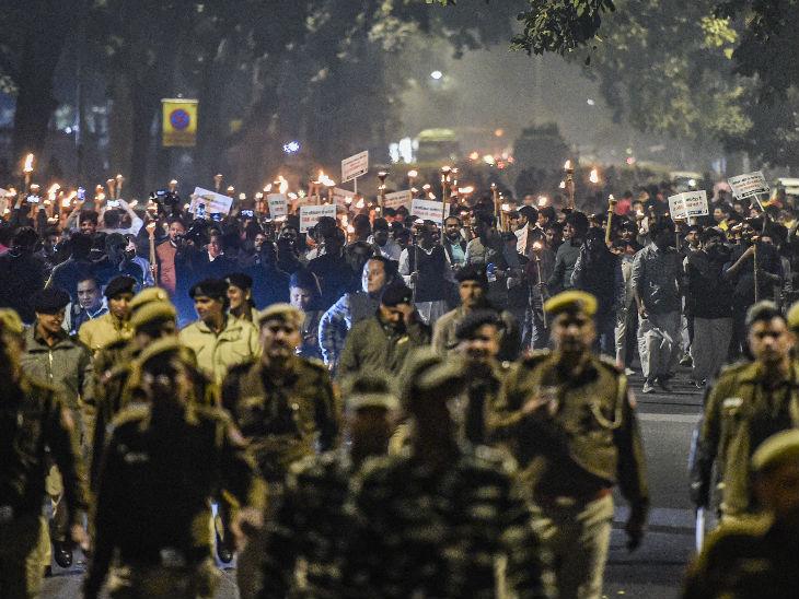 भारतीय युवा कांग्रेस के सदस्यों ने नई दिल्ली में बिल के विरोध में मशाल जुलूस निकाला।