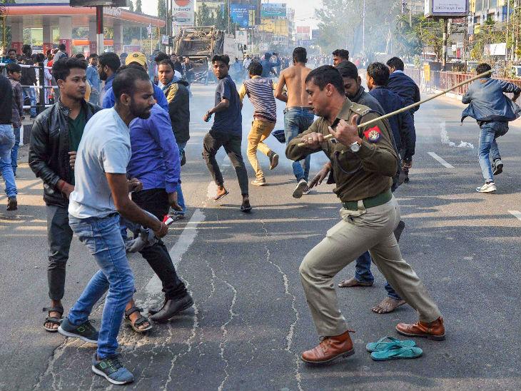 पुलिस ने प्रदर्शनकारियों को हटाने के लिए लाठीचार्च किए।