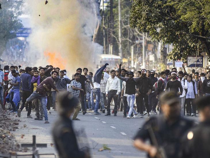 लोगों ने प्रदर्शन करते हुए गुवाहाटी में कर्फ्यू का उल्लंघन किया।