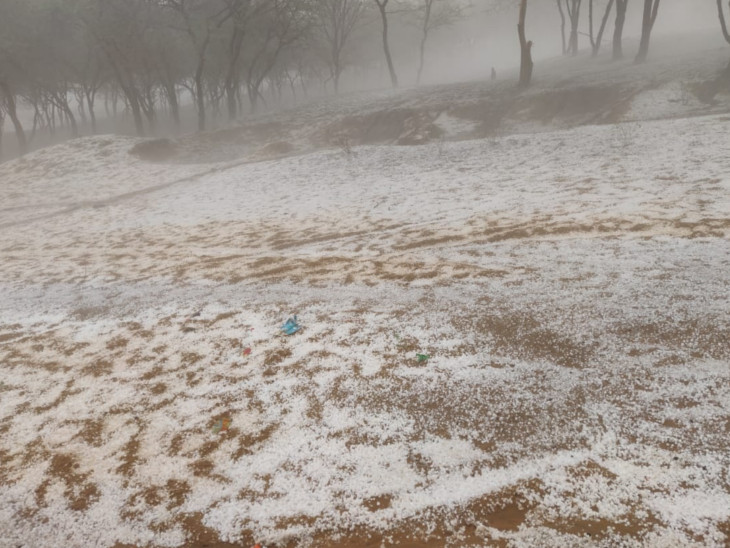 झुंझुनूं जिले में गुरुवार को अनेक स्थानों पर बारिश हुई तथा ओले गिरे।