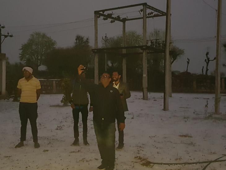 मकराना के कुचामन सीकर मेगा हाइवे पर स्थित पावर हाउस में बर्फ की परत पर लोगों ने ली सेल्फी।