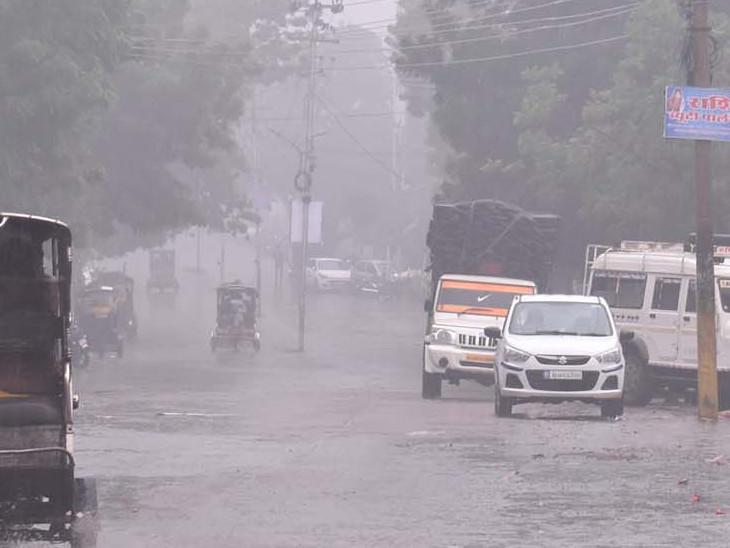चूरू बारिश के दौरान गुजरते वाहन।