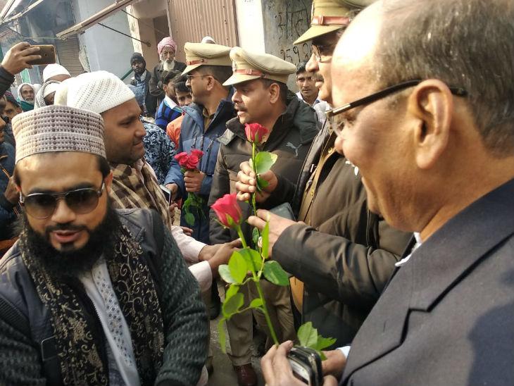 बांदा में नमाजियों ने पुलिस अफसरों को भेंट किए गुलाब, कहा- हम अमनपसंद समाज का हिस्सा|झांसी,Jhansi - Dainik Bhaskar