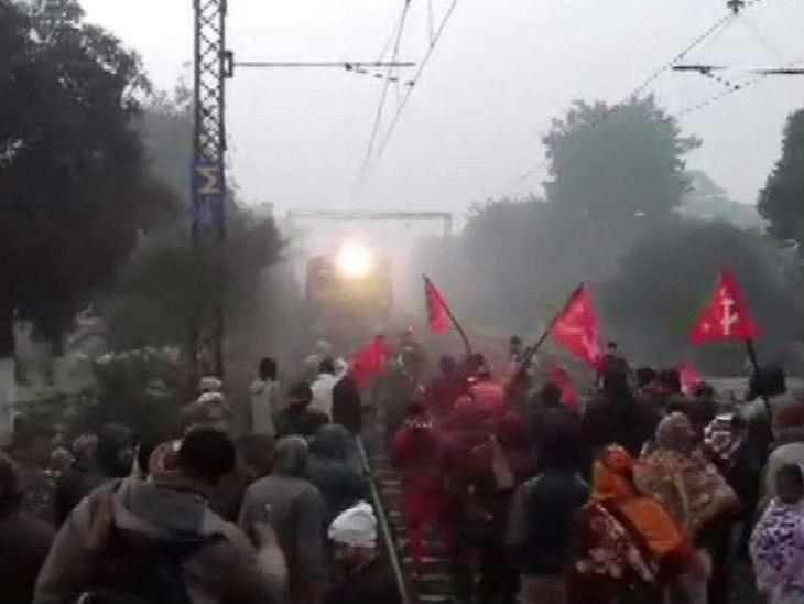 प्रदर्शनकारियों ने बंगाल में पुलिस पर बम फेंका, वाहन जलाए; केरल में नोबेल विजेता की हाउसबोट रोकी गई|लखनऊ,Lucknow - Dainik Bhaskar