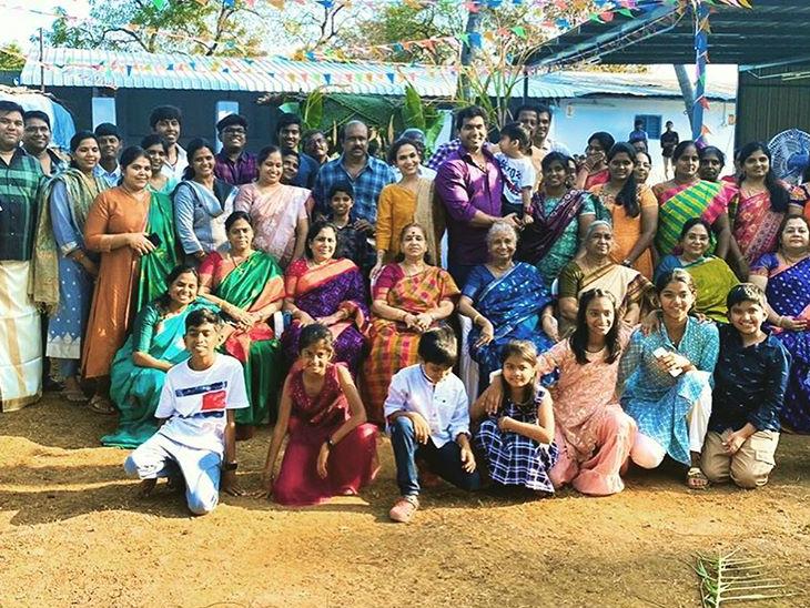 पोंगल सेलिब्रेशन के दौरान उन्होंने सुलुर में अपने पूरे परिवार और रिश्तेदारों के साथ फोटो सेशन करवाया।