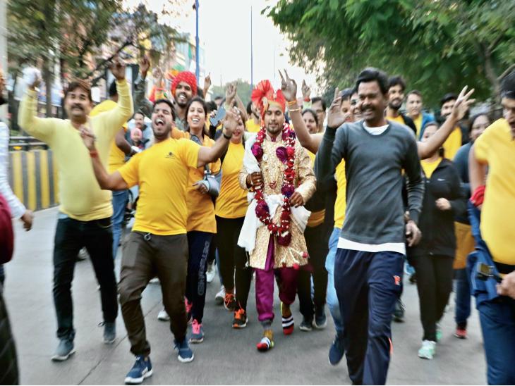 फिटनेस को बढ़ावा देने के लिए दूल्हा 11 किमी दौड़कर फेरे लेने पहुंचा, 50 बाराती भी साथ थे  - Dainik Bhaskar