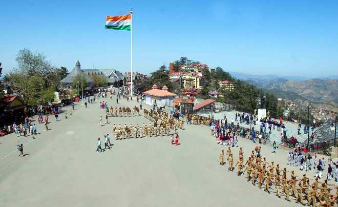 कड़ाके की ठंड में भी यह घोषणा सुनने के लिए रिज मैदान पर हजारों लोग जमा थे। - Dainik Bhaskar