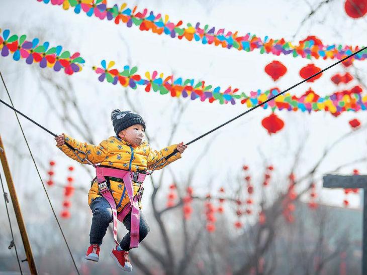 फोटो चीन के बीजिंग की है। यहां लॉन्गटन पार्क में नए साल का जश्न मनाया जाना था, कोरोनावायरस के बढ़ते खतरे के बीच इसे रद्द कर दिया गया। - Dainik Bhaskar