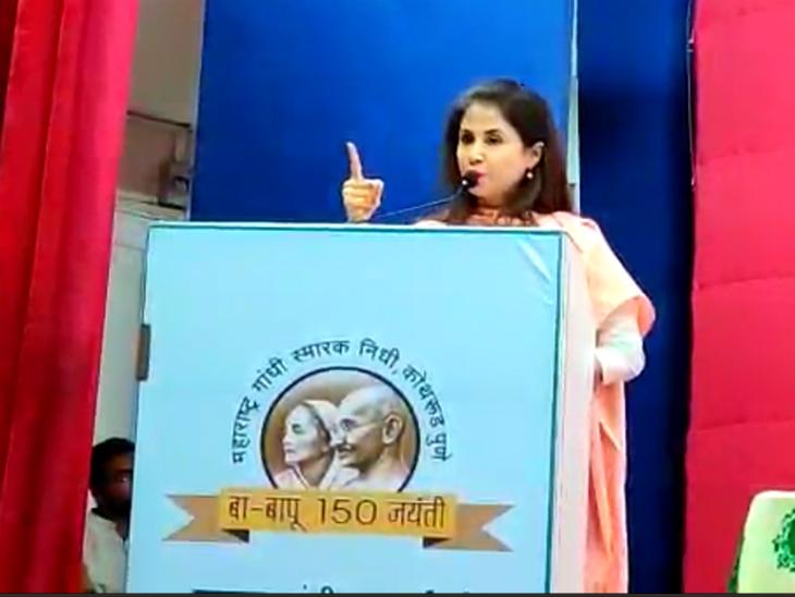 अभिनेत्री उर्मिला मतोंडकर ने कहा-महात्मा गांधी की हत्या एक हिन्दू ने की थी, कार्यक्रम के विरोध कर रहे हिन्दू राष्ट्र सेना के कार्यकर्ता हिरासत में लिए गए|पुणे,Pune - Dainik Bhaskar