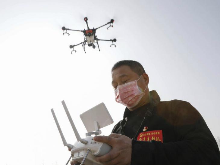 चीन के अस्पतालों में रोबोट खाना और दवाइयां बांट रहे; ड्रोन से कराई जा रहीं मॉस्क लगाने समेत जरूरी घोषणाएं विदेश,International - Dainik Bhaskar