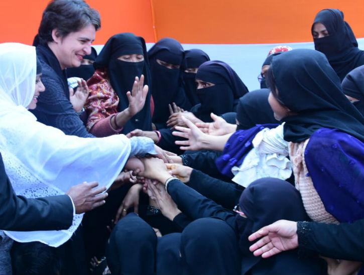 प्रियंका से हाथ मिलाने के लिए उतावली महिलाएं।