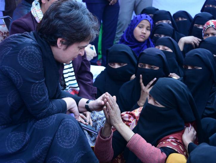 मुस्लिम महिलाओं से बातचीत करतीं प्रिंयका गांधी