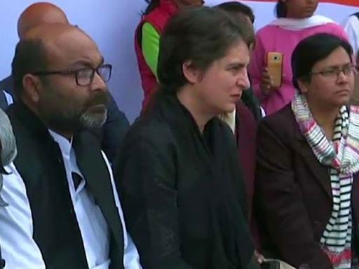 महिलाओं की बात सुनतीं प्रिंयका और साथ में प्रदेश अध्यक्ष अजय कुमार लल्लू।