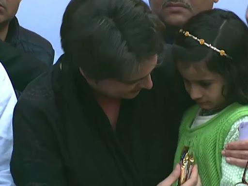 बच्चाी को दुलारती प्रियंका गांधी।