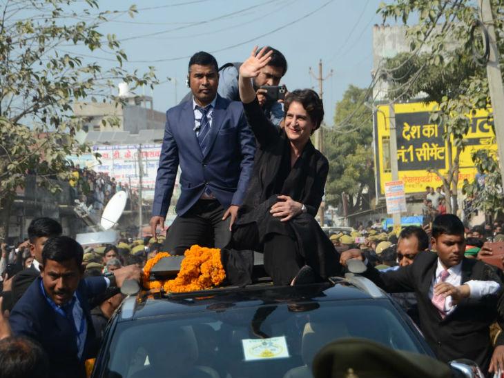 बिलरियागंज में गाड़ी के उपर बैठकर लोगों का अभिवादन करतीं प्रियंका गांधी वाड्रा।