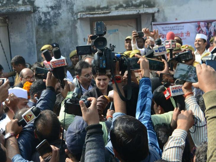 लोगों की भीड़ के बीच प्रियंका गांधी