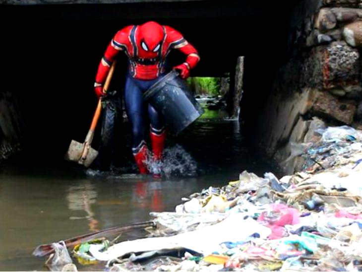 प्लास्टिक के खिलाफ जंग लड़ रहा रियल लाइफ स्पाइडरमैन, रोज सड़क और समुद्र तट से बटोरता है कचरा लाइफ & साइंस,Happy Life - Dainik Bhaskar