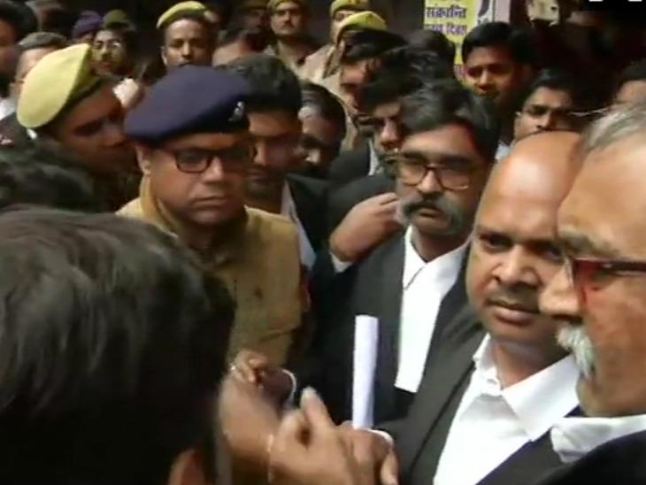 वकीलों ने बम हमले के विरोध में पुलिस और प्रशासन के खिलाफ नारेबाजी की। - Dainik Bhaskar
