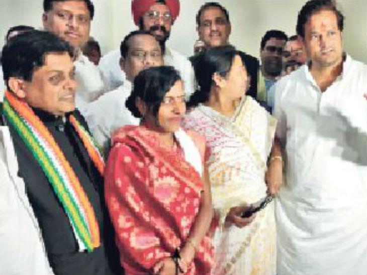 रायपुर जिला पंचायत अध्यक्ष डोमेश्वरी वर्मा के साथ मंत्री शिव डहरिया। - Dainik Bhaskar
