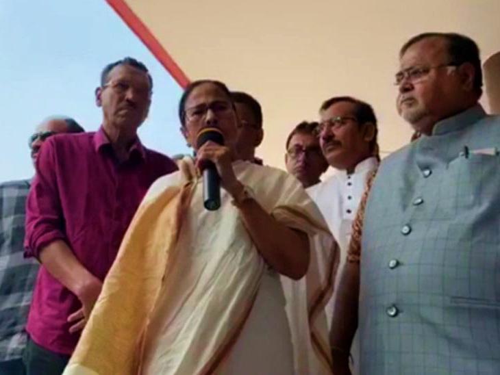 बुधवार को कोलकाता में टीएमसी समर्थकों को संबोधित करतीं ममता बनर्जी। - Dainik Bhaskar