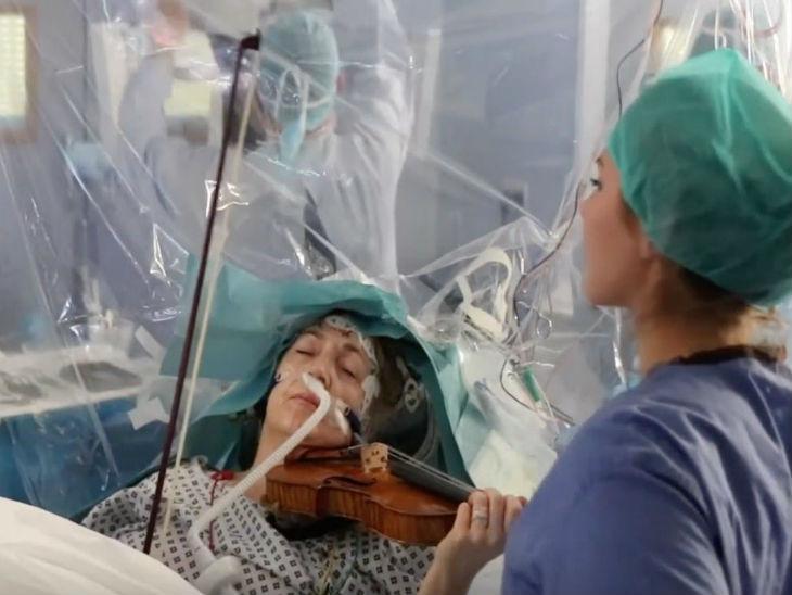 53 साल की महिला को ब्रेन सर्जरी के बीच में होश आया, फिर ऑपरेशन खत्म होने तक वायलिन बजाती रही| - Dainik Bhaskar