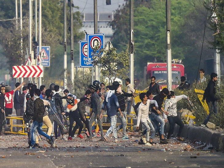 कब बुझेगी ये आग, अपने ही शहर को जख्म देने पर क्यों आमादा हैं लोग। तस्वीर भजनपुरा की है। - Dainik Bhaskar