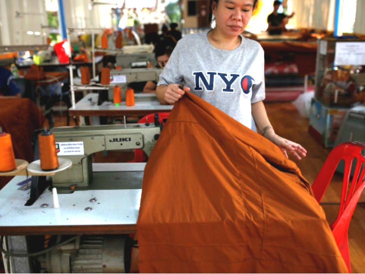 प्लास्टिक के खिलाफ बौद्ध भिक्षुओं की मुहिम, दो साल में 40 टन कचरा रिसाइकिल कर 800 जोड़ी पोशाक बनाईं लाइफ & साइंस,Happy Life - Dainik Bhaskar