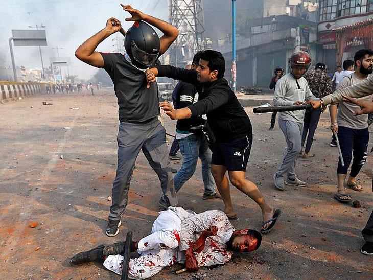 जुबैर को हेलमेट पहने दंगाई जब मार रहे थे, तब एक व्यक्ति उन्हें बचाने की भी कोशिश कर रहा था।