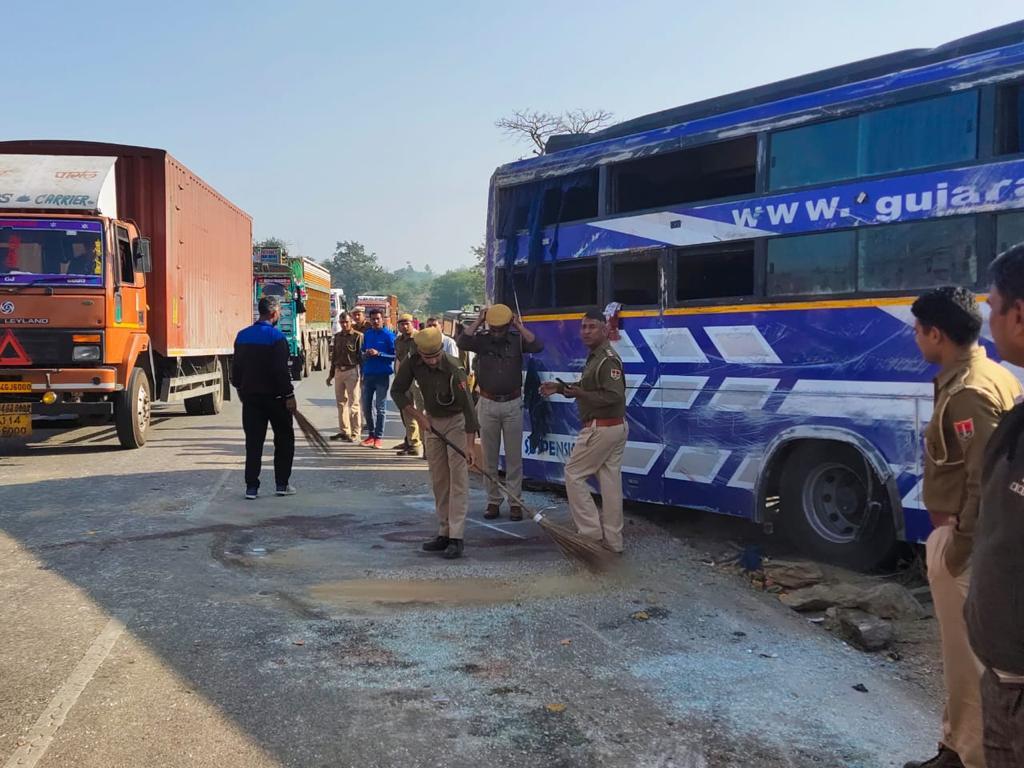 हादसे के बाद पुलिस ने बस को सीधा करवाया और रोड पर बिखरे शीशे साफ किए। - Dainik Bhaskar