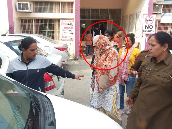 पुलिस गिरफ्त में आरोपी महिला, जिसने गैंगरेप का मामला दर्ज करवाया था। - Dainik Bhaskar