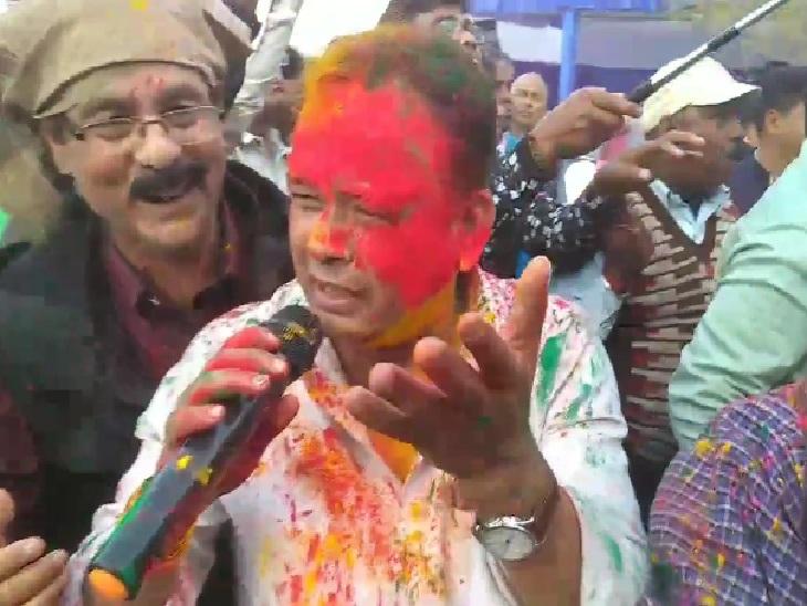 मुख्यमंत्री हेमंत सोरेन बजा रहे थे ढोलक, फगुआ के गीत गा रहे थे प्रदीप यादव|रांची,Ranchi - Dainik Bhaskar