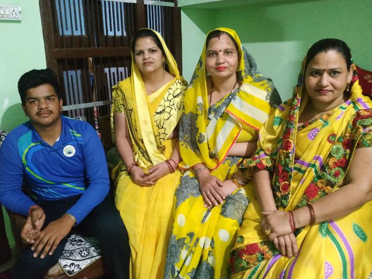 शेफाली की मां प्रवीन बाला (एकदम बाएं), उनके बगल में दोनों ताई और किनारे बैठा भाई।
