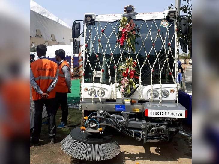 स्वीपिंग मशीन से शहर की सभी प्रमुख सड़कों को साफ किया जाएगा। - Dainik Bhaskar