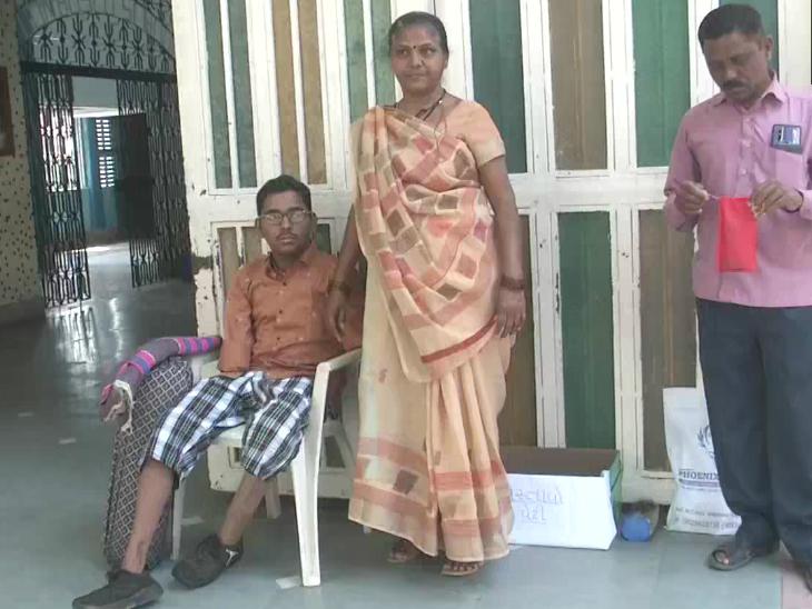हादसे में हाथ-पैर गंवाने वाले छात्र ने कोहनी से लिखकर 12वीं की परीक्षा दी, 10वीं में 81% अंक आए थे  - Dainik Bhaskar