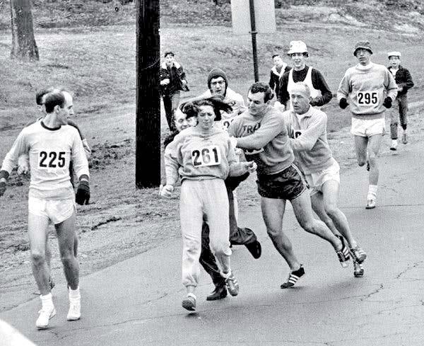 1967 के बोस्टन मैराथन में हिस्सा लेने पहुंची कैथरीन स्विट्जर को पुरुषों ने धक्के मारकर ट्रैक से हटा दिया था। कैथरीन किसी भी मैराथन में दौड़ने वाली पहली महिला भी थीं। - Dainik Bhaskar