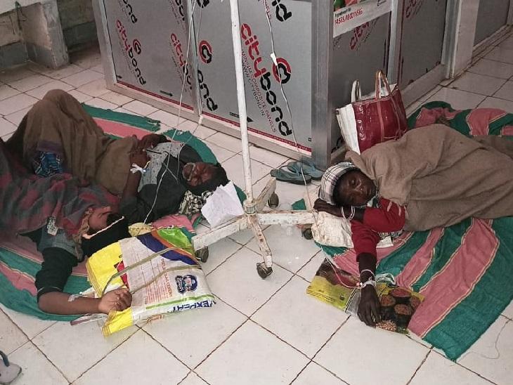 मनोहरपुर सीएचसी में मरीजों को जमीन पर रखकर किया जा रहा इलाज। - Dainik Bhaskar