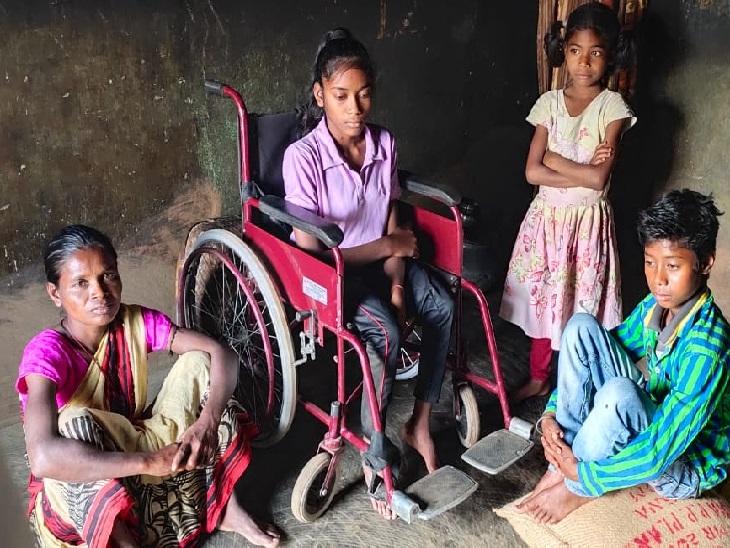 ट्राइसाइकिल पर पायल व पास में मां के साथ छोटे भाई-बहन। - Dainik Bhaskar