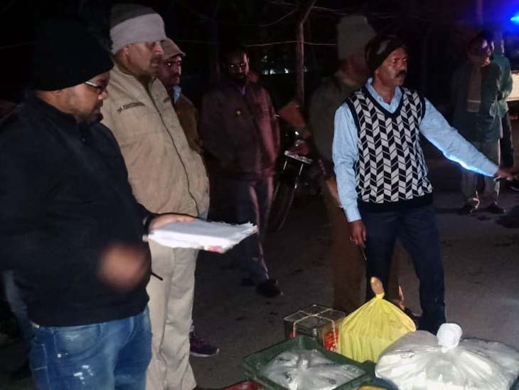 जब्त पनीर के बारे में जांच करती जिला प्रशासन की टीम। - Dainik Bhaskar
