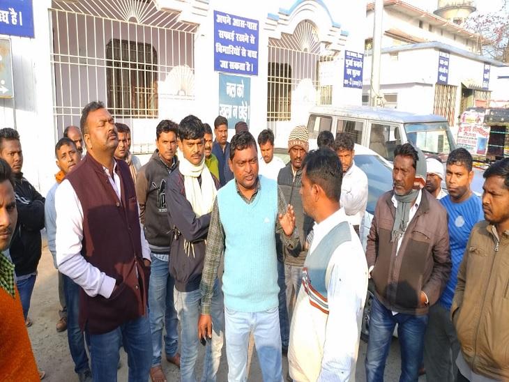 राजद नेता की हत्या के बाद अस्पताल में भीड़ जुट गई। - Dainik Bhaskar