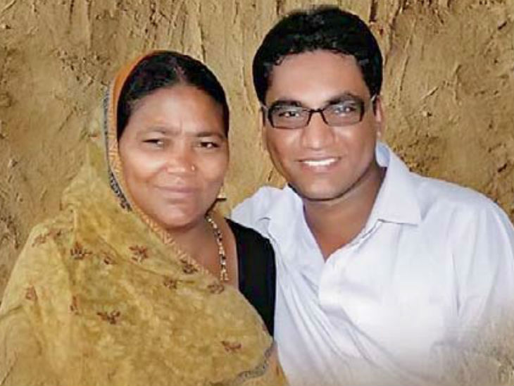 मां के साथ कलेक्टर डॉ. राजेंद्र भारूड़। - Dainik Bhaskar