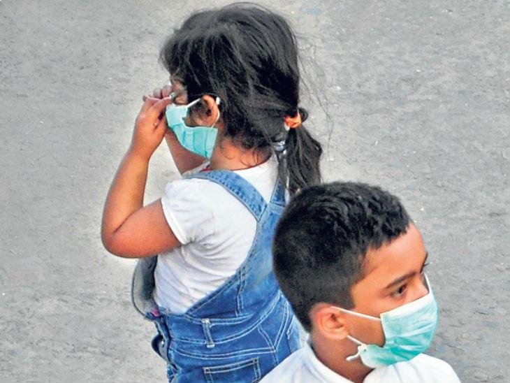 पटना जंक्शन पर मास्क पहन कर घूमते बच्चे। - Dainik Bhaskar